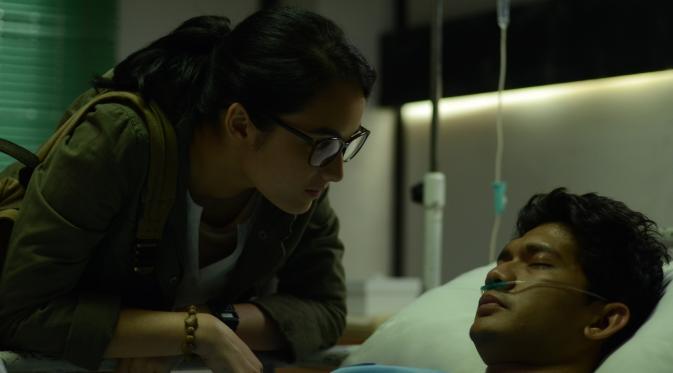 Chelsea Islan (Ailin) bersama dengan Iko Uwais (Ishmael)